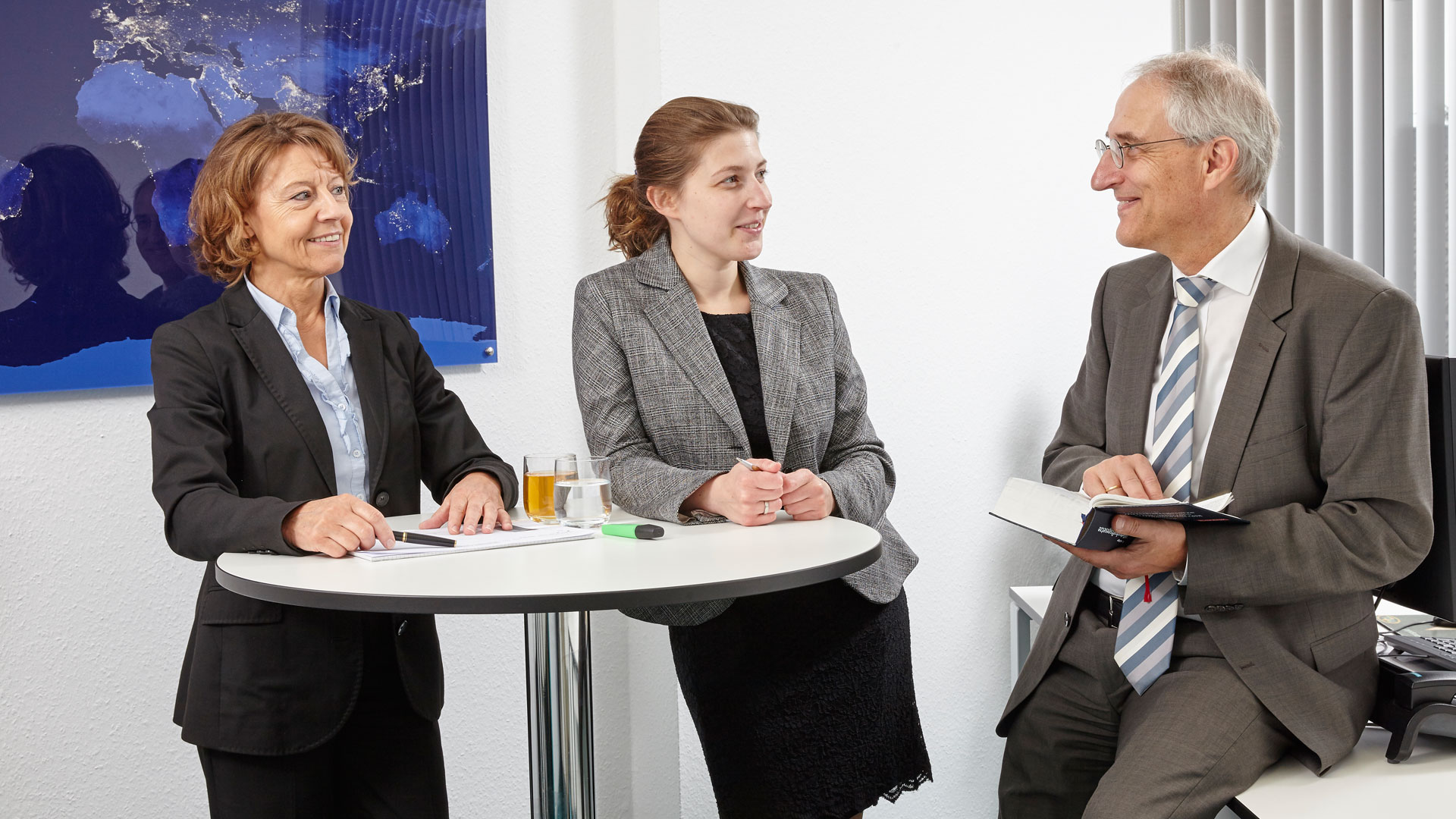 Die drei Partner: Brigitte Müller, Simone Prinz und Herbert Prinz stehen an einem Stehtisch