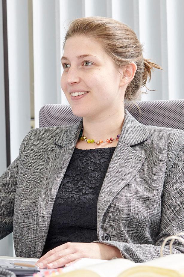 Steuerberaterin Simone Prinz sitzend am Schreibtsich