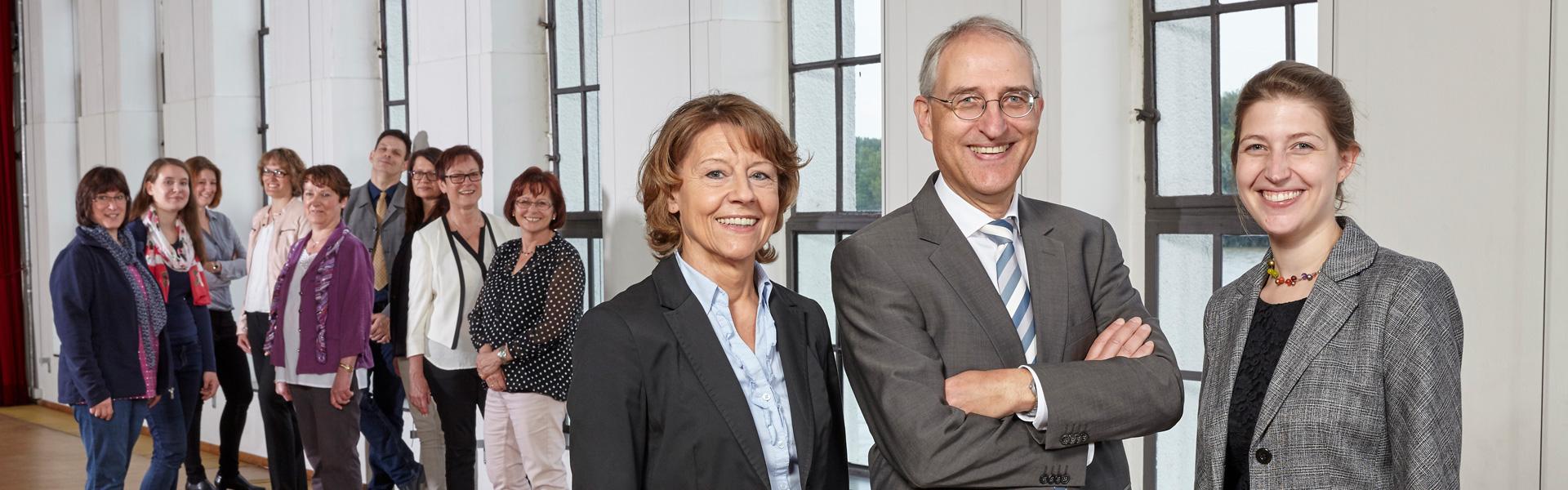 Gruppenfoto der Prinz und Müller PartGmbB. Im Vordergrund die Partner: Brigitte Müller, Herbert Prinz und Simone Prinz