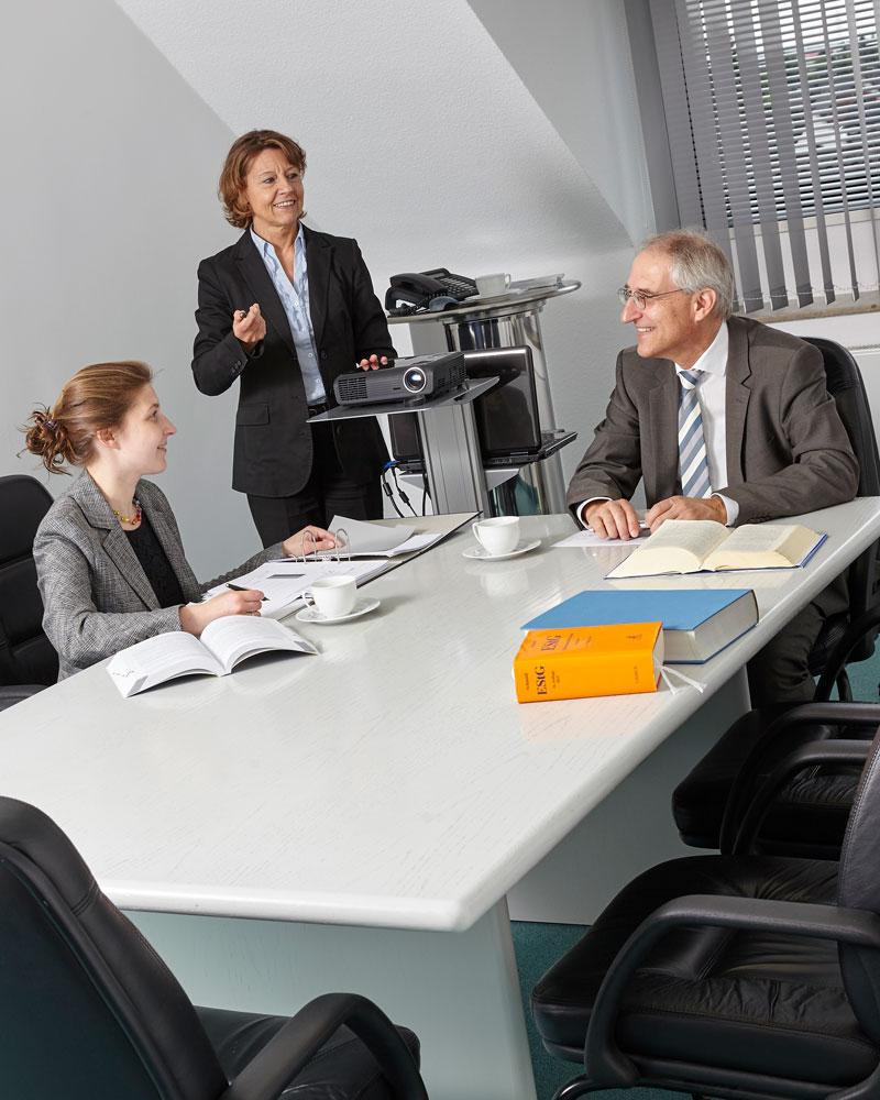 Die Partner: Brigitte Müller, Herbert Prinz und Simone Prinz sitzen am Konferenztisch