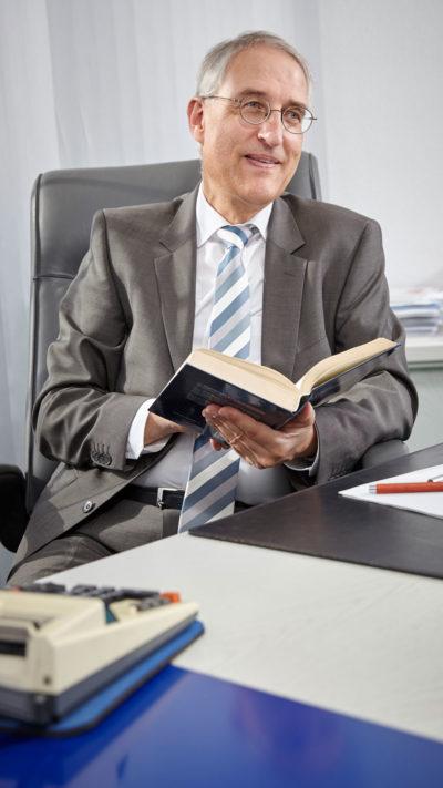 Steuerberater Herbert Prinz sitzend am Schreibtsich
